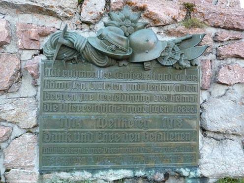 Osztrák emlékmű táblája a Wolayer-tó partján