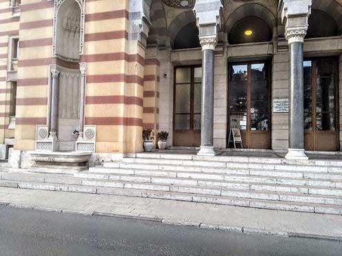 A helyszín napjainkban. Az épület 1992-ben súlyos károkat szenvedett, teljes felújítása néhány évvel ezelőtt fejeződött be
