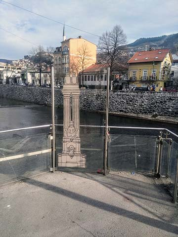 Három évvel a merénylet után avatták fel a trónörökös pár emlékművét, Bory Jenő szobrászművész alkotását a Latin-hídnál. 1919-ben az emlékművet lebontották, helyére és formájára utal a tabló