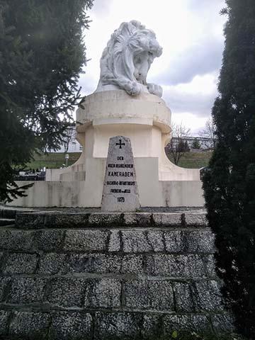 """Egy helyi idegenvezetővel folytatott beszélgetés alapján jutottam el az """"oroszlános temetőbe"""" (Groblje Lav). A hatalmas oroszlán előtt a Freiherr von Hessről elnevezett császári és királyi 49. gyalogezred itt nyugvó katonáinak emlékköve látható"""