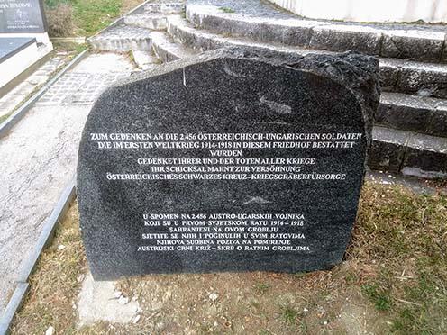 Néhány méterrel arrébb az I. világháborúban itt eltemetett 2456 osztrák–magyar katona emlékére emelt kő áll