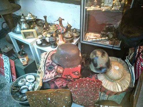 Két sisak – két korszak egy szarajevói üzlet kirakatában