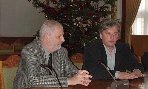 Péter I. Zoltán és Sárközi Zoltán, akkor nagyváradi önkormányzati képviselők 2009. december 9-én Nagyváradon a városháza közgyűlési termében a könyvbemutató előtti ismerkedő beszélgetés során