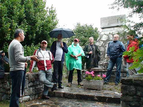 A m. kir. nagyváradi 4. honvéd gyalogezred szlovéniai Nova Vas településen álló emlékgúlája előtt a nagyváradi csoport. Péter I. Zoltán esernyővel a kezében hallgatja Rózsafi Jánost