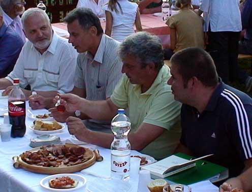 Beszélgetés terített asztal mellett San Martino del Carsóban 2010-ben: Péter I. Zoltán, Rózsafi János, Sárközi Zoltán és Stencinger Norbert
