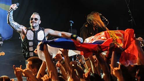 Joakim Brodén énekes és a szerb rajongók a belgrádi koncerten