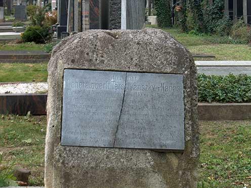 A letisztított síremlék a felújítás előtt