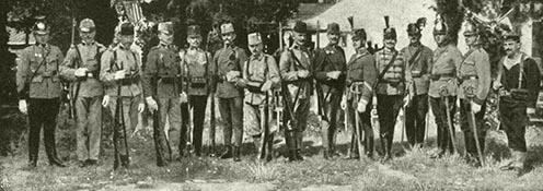 Az osztrák–magyar hadsereg különböző egységeinek katonái 1914-ben. Balról jobbra: osztrák Landwehr ulánus, osztrákLamdwehr, bosnyák vadász, osztrák vadász, osztrák gyalogos, magyar gyalogos, tiroli és császárvadász, bosnyák gyalogos, magyar honvéd-gyalogos, közös huszár új tábori egyenruhában, közös huszár, közös vadász, közös dragonyos, közös ulánus, matróz (forrás: http://dka.oszk.hu/html/kepoldal/index.phtml?id=008734)
