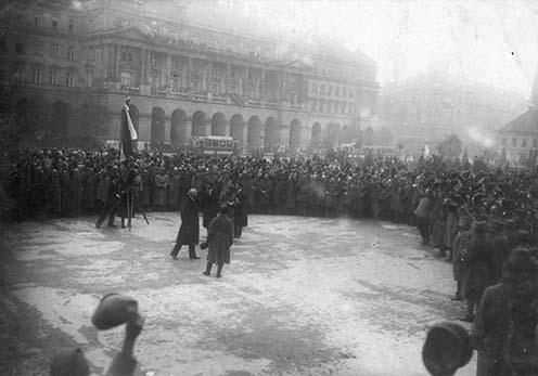 Linder Béla ezredes, hadügyminiszter megérkezik az Országház térre, a magyar hadsereg tisztjeinek eskütételére, Budapest, 1918. november 2.