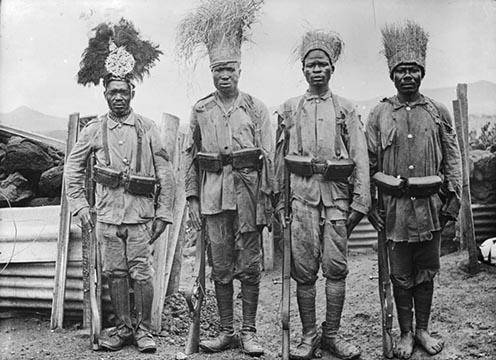 A német hadseregben szolgáló afrikai katonák, az ún. askarik gyarmati egyenruhában és hagyományos, fűből készült fejdíszben. Német Kelet-Afrika, 1915