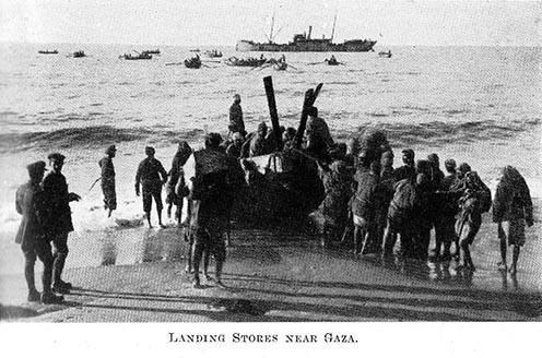 Brit csapatok hadifelszerelést szállítanak partra Gáza közelében.