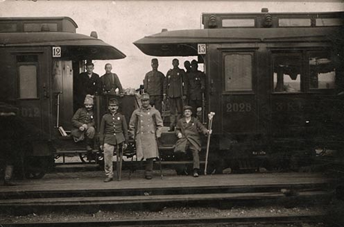 A peronon álló, köpenyt viselő Müller Károly és hadifogolytársai a haparandai vasútállomáson