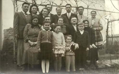 Elena, Földesi Károly és Földesi Margit a középső sorban balról a Dávodon élő rokonokkal