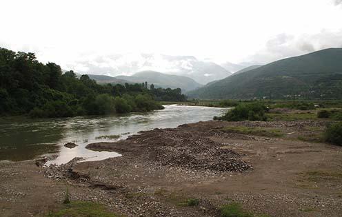A Drin folyó és az albán hegyek, amelyek között számos osztrák–magyar hadifogoly vesztette életét kimerültség, éhség és a hideg következtében