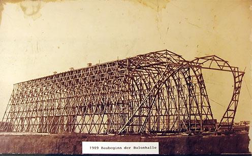 Egy múzeumi kép a léghajóballonok hangárjának építéséről