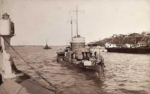 A flottillába tartozó korabeli monitor a Dunán