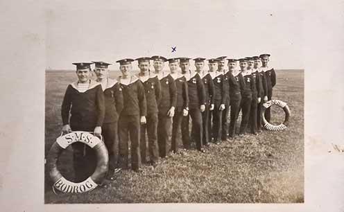 A Bodrog mentőöve mögött felsorakozó matrózok, x-kszel jelölve Snopper Gyula matróz