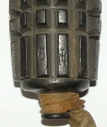 A Magyar Fém- és Lámpaárugyár Rt. logója egy időzített puskagránáton