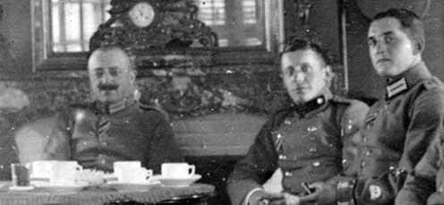Reddemann őrnagy két tisztjével. A jobb oldali tiszt bal kezén látható a zubbonyra varrt halálfej, melyet a tartalék gárda utász ezred 1916. július 28-tól viselhetett a 150. lángszóró támadás emlékére