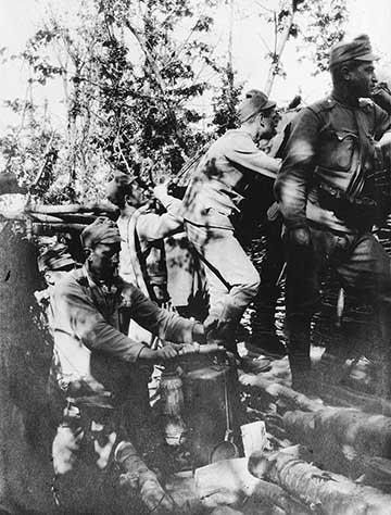 """Támadáskor használták oly módon is, hogy elsődleges feladata nem az ellenség megsemmisítése volt, hanem hogy sűrű füstjével az előre nyomuló csapatoknak """"védettséget"""" adjon"""