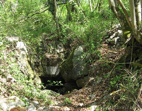 A Honvéd barlang kaverna bejárata