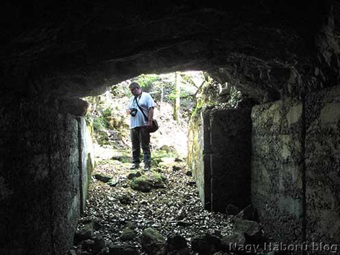 Egy kaverna bejárata a devetaki vízmosásban (a háttérben Stencinger Norbert)