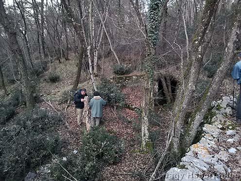 A szerző a 237-es magaslat délnyugati részén levő ezredparancsnoki kaverna bejárta előtt Gianfranco Simonit társaságában 2020 februárjában
