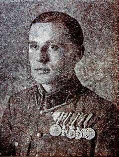 Bertalan Árpád hadnagy az I. világháború vége felé. Balról az első kitüntetése a Tiszti Arany Vitézségi Érem, amit szintén a caporettói áttörés első napján végrehajtott hőstettéért kapott meg egy évvel később. Vitézzé 1922-ben avatták