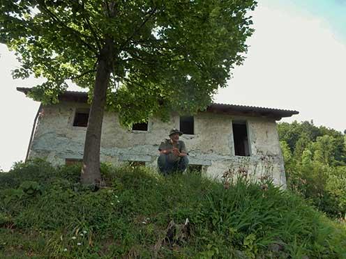 Az olasz tábori segélyhelynek otthont adó régi épület, amelyben és amelynek környékén a Ber-talan féle rohamjárőr több mint 100 hadifoglyot ejtett. Az épület előtt Dr. Négyesi Lajos