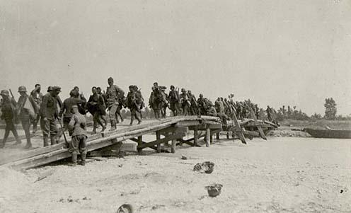 Osztrák–magyar katonák átkelése a Piave egyik mellékágán