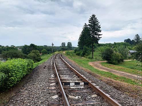 Chodorow–Rohatyn vasútvonal napjainkban. Jól látható a vasúti sínpálya magas töltése, amely lehetővé tette, hogy az átkelés során meglepték a 46-osokat