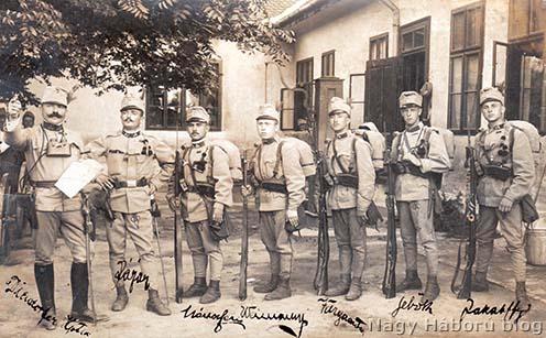 Diendorfer Miksa százados (a kép balszélén) néhány katonája körében még Pancsován 1914 augusztusának elején