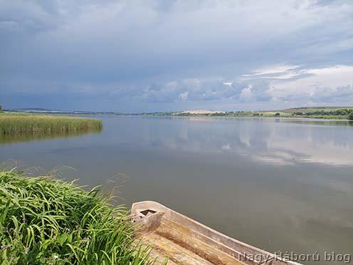 Tó és dombok. Ma is jellemző tájkép Knihyniczétől (Княгиничі) keletre a Rohatynba vezető út mentén