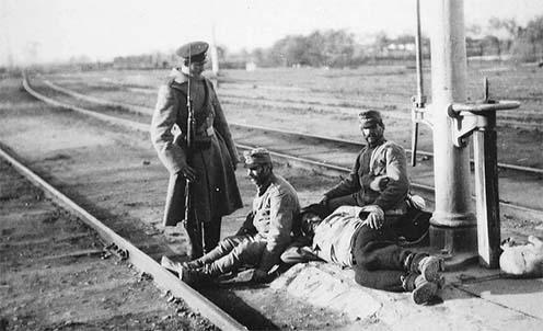 Orosz katona osztrák–magyar hadifoglyokkal 1914-ben