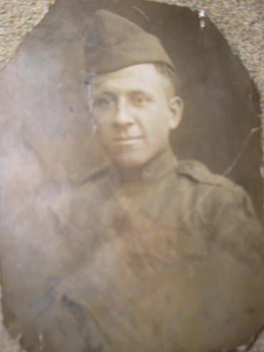 A képen egyenruhában látható az ekkor 20 éves Várady Lajos