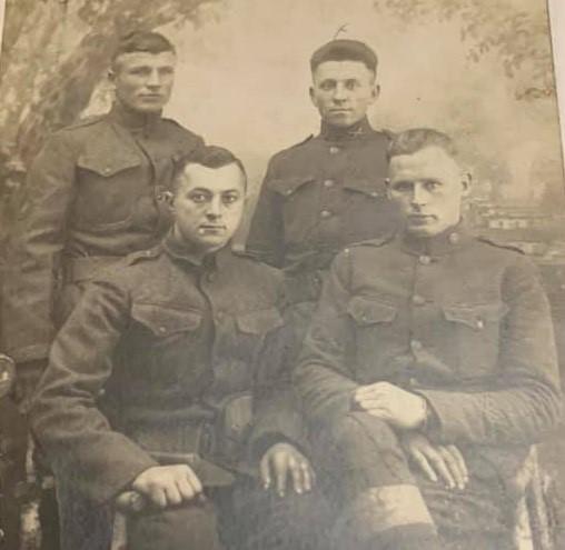 A képen hátul bal oldalt Ács Sándor, jobb oldalon pedig Várady Lajos áll