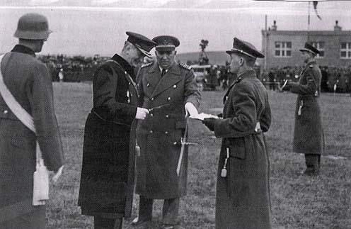 Vitéz Háry László 1939-ben Horthy Miklós mellett a kassai Repülő Akadémia megnyitásán