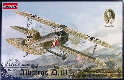 Az Albatros D.III. típusú vadászrepülőgép és a legismertebb magyar ászpilóta, Kiss József (FliK 55) egy repülőmakett dobozán