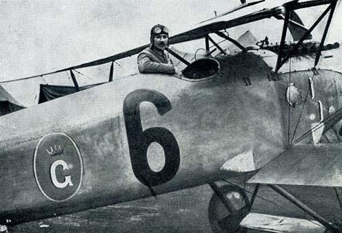 Hefty Frigyes egy Albatros D.III-as ülésében a fischamendi repülőtéren