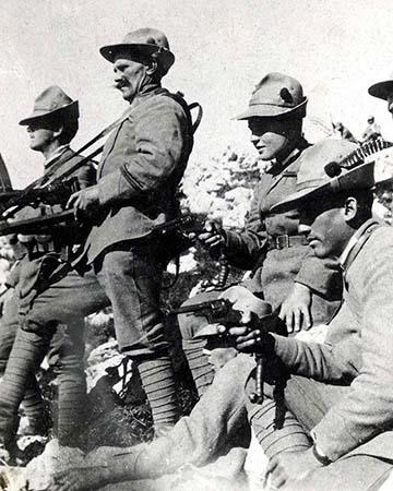 Légiósok harcias pózban