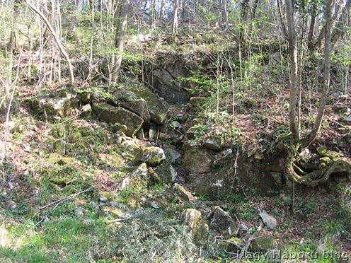 Az egykori olasz felvonó felső állomása fogadó részének maradványai