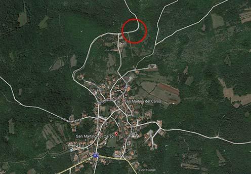 A m. kir. székesfehérvári 17. tábori és népfelkelő gyalogezred 1915. októberi és novemberi harcainak helyszíne Google Maps térképen. Az útkanyarulattól délre található sötétebb folt a parancsnoki mély dolina helye
