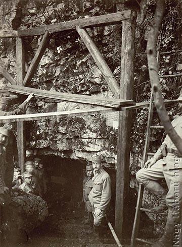 Egy dolinában található kaverna bejárata valahol az olasz fronton