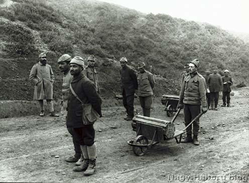 Török katonák segédkeznek az osztrák–magyar lövegek muníciójának szállításában a Dardanelláknál