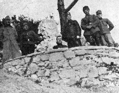 Osztrák és magyar katonák a motoros mozsárüteg emlékköve előtt