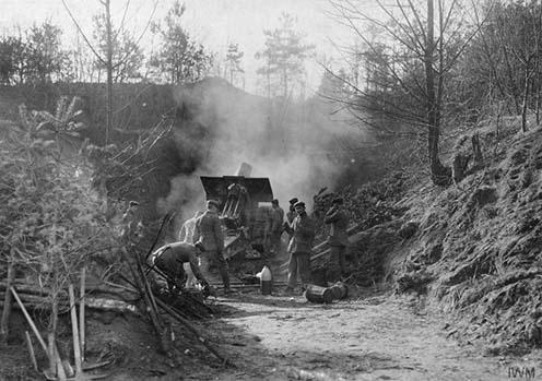 Német tüzérség lövi az orosz állásokat, 1915