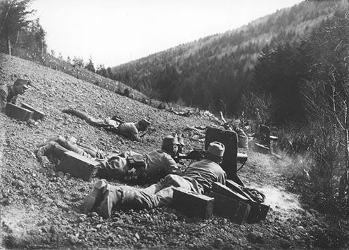 A 100. gy.e. géppuskásai a Pustki magaslat elleni támadásban