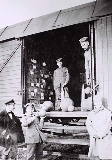 A bombák kirakodása a vagonból Szentandráson