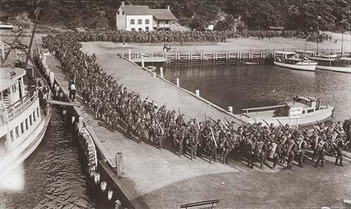 Behajózás az Alpine Landing kikötőben. A hosszú sorokban magyar katonák is masíroztak