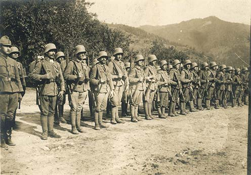 Felsorakozott rohamszázad 1917 nyarán a román hadszíntéren